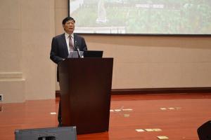 中国矿业联合会副会长徐田有宣读中国金刚石之都命名文件