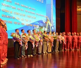 向朱训等老地质队员献花并与全体代表合唱《勘探队之歌》