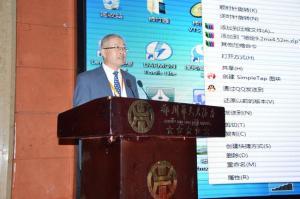 中国矿业联合会副会长兼秘书长陈先达主持开幕式